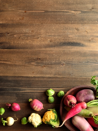 root vegetables: Colorful ortaggi a radice con verdure di primavera