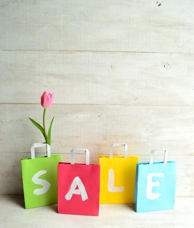 pastel colours: Los colores pastel bolsas de la compra con tulipanes de color rosa Foto de archivo