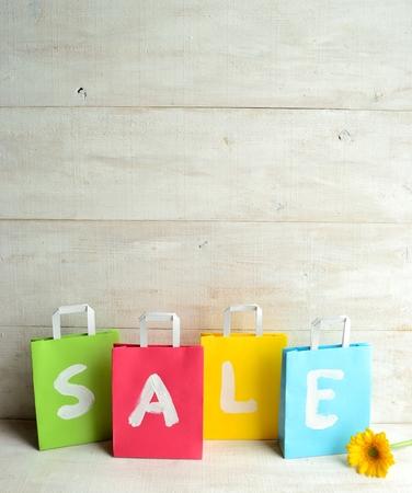 pastel colours: Los colores pastel bolsas de la compra con gerberas amarillas Foto de archivo