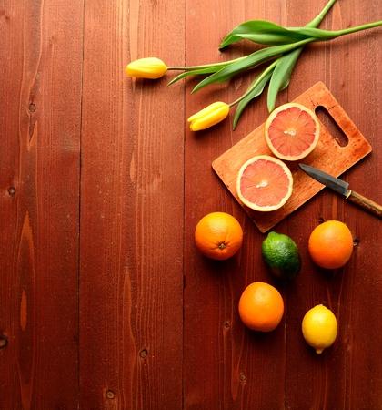 감귤류의 과일: 노란색 튤립 다채로운 감귤류