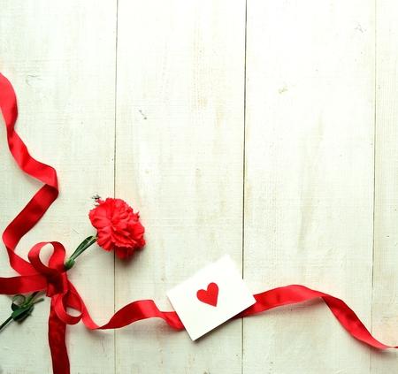 clavel: Clavel rojo con la tarjeta de mensaje para el día de la madre s Foto de archivo