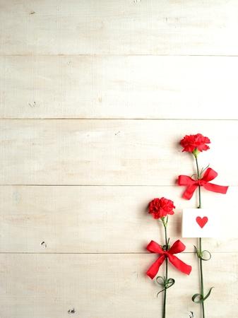 メッセージ カードで赤いカーネーション