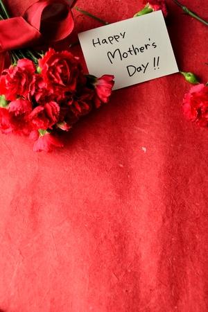 母の日メッセージ カードと赤いカーネーションの花束