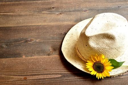straw hat: Cappello di paglia con fiore del sole