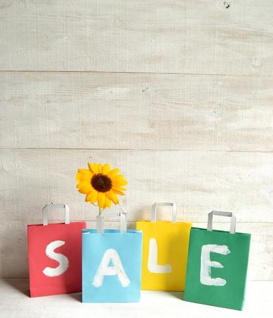Kleurrijke koopje verkoop boodschappentassen met zon bloem Stockfoto