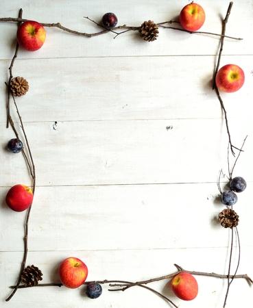 pruneau: Apple, prune et pomme de pin Banque d'images