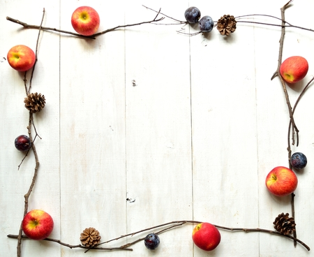 ciruela pasa: Apple, ciruela y pi�a de pino