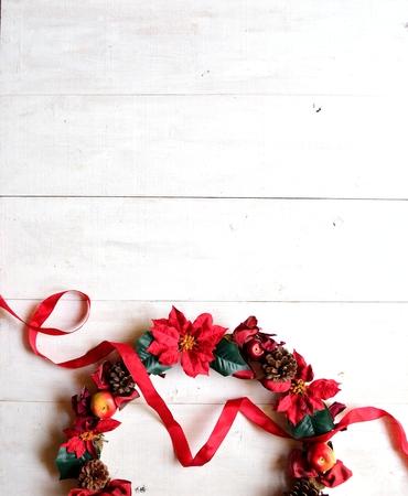 arreglo floral: Corona navideña con cinta roja Foto de archivo
