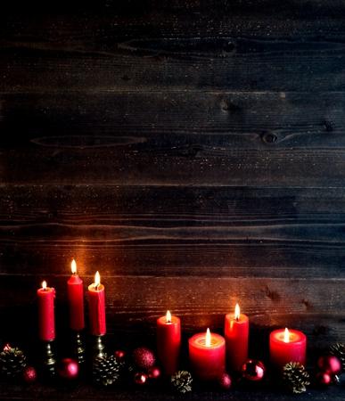 velas de navidad: Velas rojas con las bolas de adorno