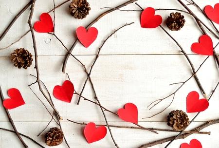 pomme de pin: Papier coeur rouge coup� avec c�ne de pin Banque d'images