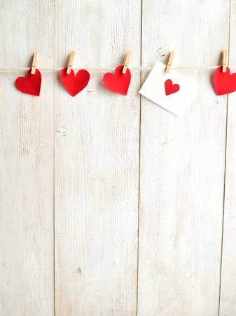 赤いハートのメッセージ カードと赤い服ピン