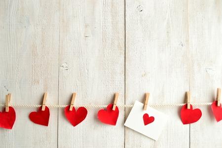 赤いハートのメッセージ カードと赤の心服ピンを