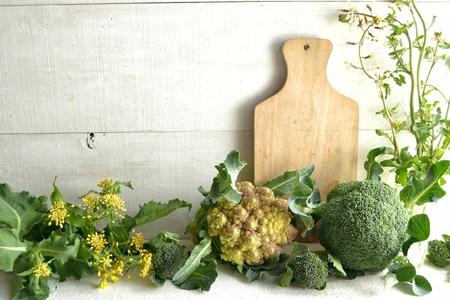 白地木製カッティング ボードと春野菜