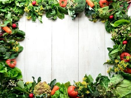 新鮮な野菜の frame.white の木製の背景