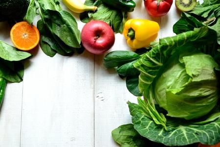 健康的な野菜果物白地木製フレーム 写真素材