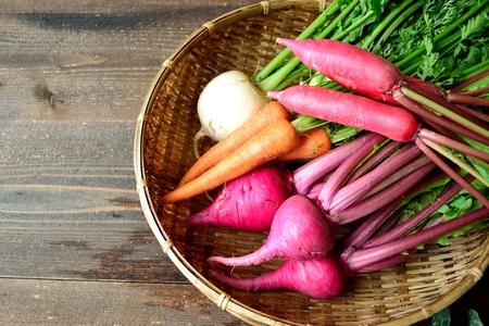 root vegetables: Colorful ortaggi a radice sul cestino di bamb�