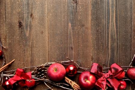 빨간 사과와 크리스마스 장식품 스톡 콘텐츠