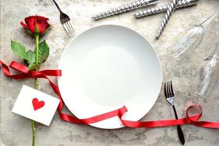 빨간 장미, 붉은 마음 메시지 카드와 흰 접시 스톡 콘텐츠
