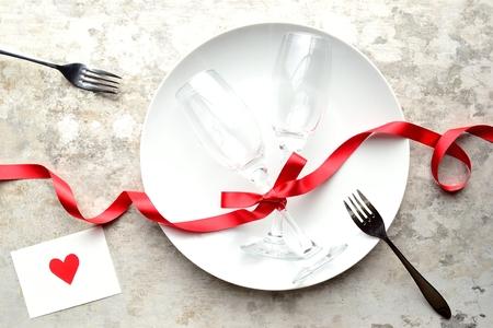 화이트 접시, 페어 샴페인 글라스, 메시지 카드, 빨간 리본