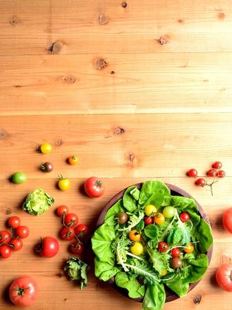 ensalada tomate: Tomates de colores y mezclum de verdes de la ensalada