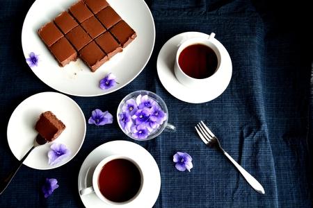 한 쌍의 커피 컵과 함께 원시 초콜릿 타르트
