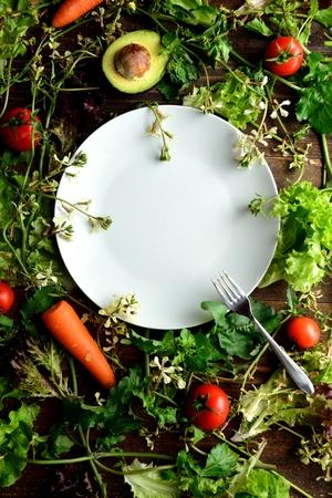 白いロケット花と新鮮な野菜の皿