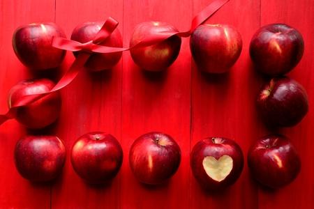赤りんご (りんごの皮をむいたハート) に赤いリボン