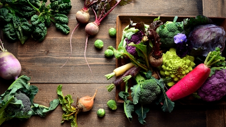 broccoli, cauliflower, romanesco, cabbage, vegetable, root vegetable, purple, green, winter, carrot, radish, beet, arrangement, harvest, crops, frame, copy space, rusty, tray, wooden background Imagens