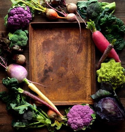 さびたトレイと紫と緑の野菜