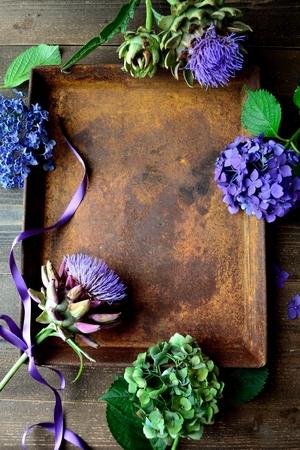 Hydrangea, artichoke and rusted tray Zdjęcie Seryjne