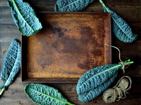 Boerenkoolbladeren met geroest dienblad