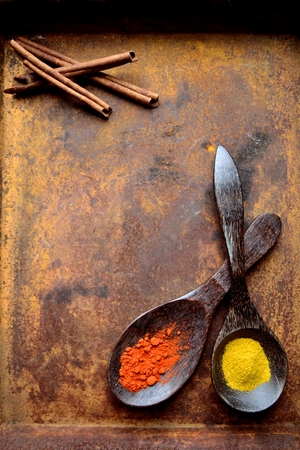 Spices with spoons on the rusted tray Imagens