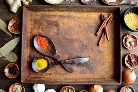 錆びたトレイにスプーンが付いているスパイス 写真素材