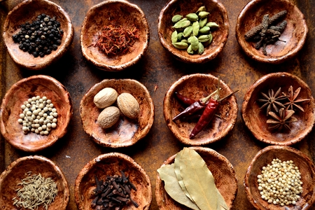 Specerijen op de kleine gerechten
