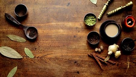 木製の背景にチャイティーとスパイス 写真素材 - 92336588