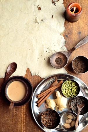 Chai-thee en kruiden met oud papier Stockfoto - 92335385