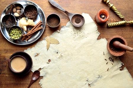 Chai-thee en kruiden met oud papier Stockfoto - 92335383