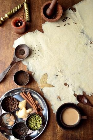 Chai-thee en kruiden met oud papier Stockfoto - 92335382