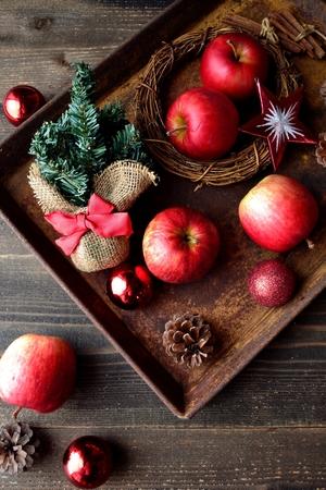 빨간 사과 및 녹슨 된 트레이에 크리스마스 장식 스톡 콘텐츠