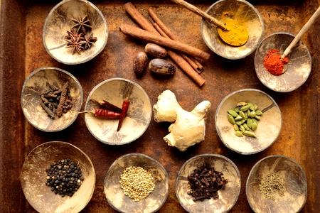 Indische voedselingrediënten op het geroeste dienblad Stockfoto