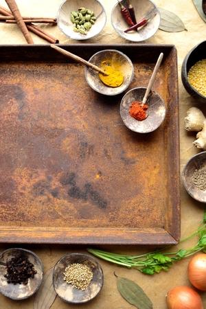錆びたトレイを持つインドの食品成分
