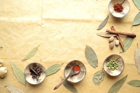 계피 잎 작은 접시에 향신료