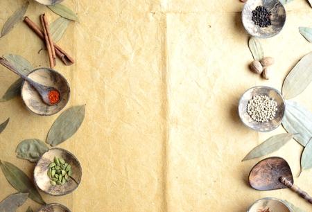 계 피와 함께 작은 접시에 향신료 나뭇잎 스톡 콘텐츠