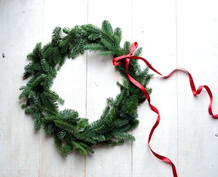 Fir verlaat de kroon van Kerstmis met rood lint