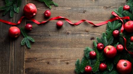 석류 및 사과 빨간 리본 함께 크리스마스 트리
