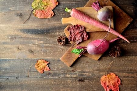 Rode wortelgroenten met snijplank