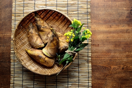 Bamboo shoots with rape blossoms on the basket. Japanese style blind background Stock fotó - 99098430