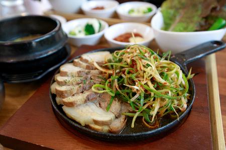 Cerdo cocido con ensalada, Bossam Foto de archivo - 81355839
