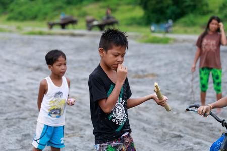 Los niños filipinos locales que viven cerca del volcán Monte Pinatubo el 27 de agosto 2017 en Santa Juliana, Capas, Luzón Central, Filipinas. la gente sufre de pobreza debido a la mala economía, cuestión política. Editorial