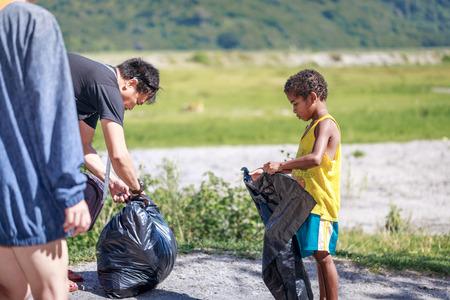 Niños filipinos recogiendo basura (Campaña de Protección Ambiental) cerca de Monte Pinatubo el 27 de ago de 2017 en Santa Juliana, Capas, Luzón Central, Filipinas